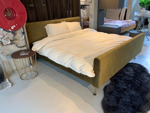 Fluwelen bed groen Hasena showroom Slaapkamer Amsterdam